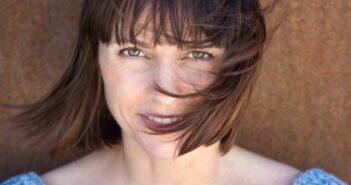 Kvinna med kort hår som blåser i vinden